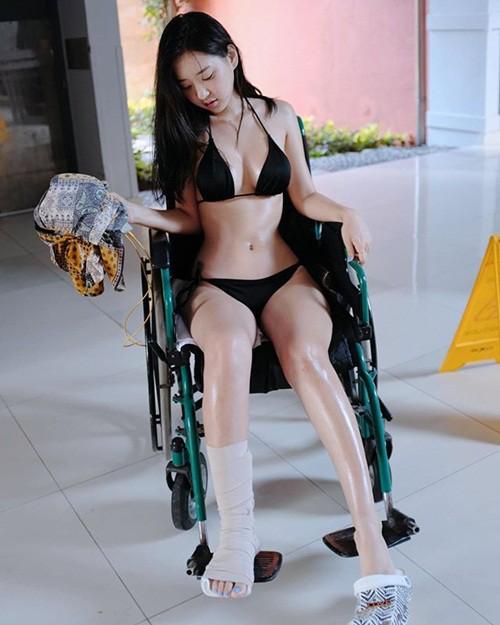 Mặc bikini xuống phố chơi điện tử xèng, nữ streamer từng bị fan boy lớp 6 quấy rối nhận vô số chỉ trích - Ảnh 7.