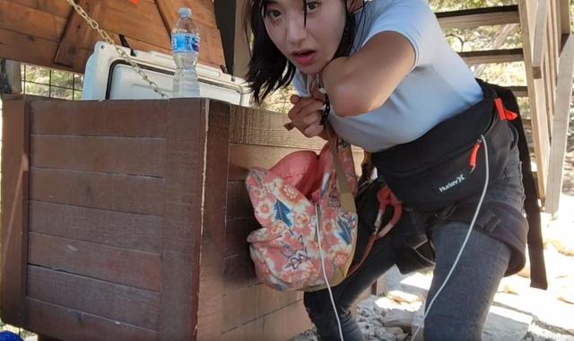 Khoe cơ thể ướt át tại bãi biển trên sóng, nữ streamer nóng bỏng ngay lập tức nhận án cấm kênh - Ảnh 5.
