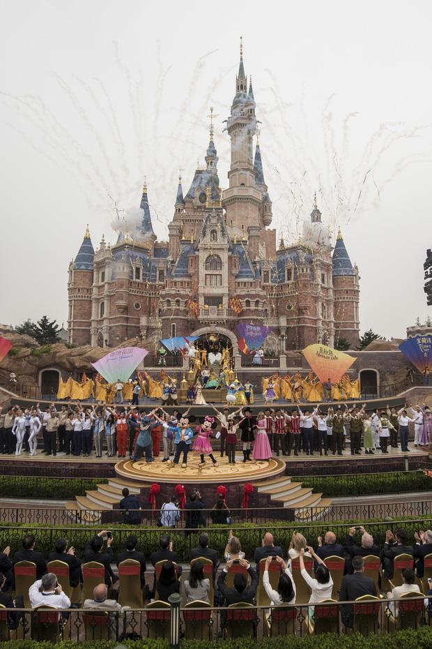 Nở rộ dịch vụ đẩy xe lăn cho du khách lười cuốc bộ mà vẫn thích tham quan tại Trung Quốc - Ảnh 7.