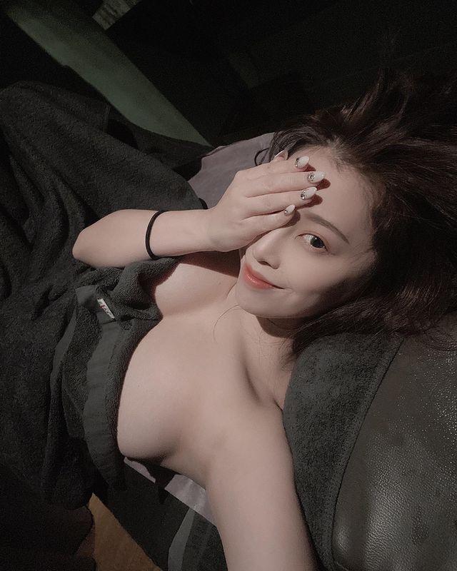Livestream trực tiếp cảnh đi massage, nàng hot girl siêu vòng một khiến fan choáng váng vì độ táo bạo - Ảnh 6.