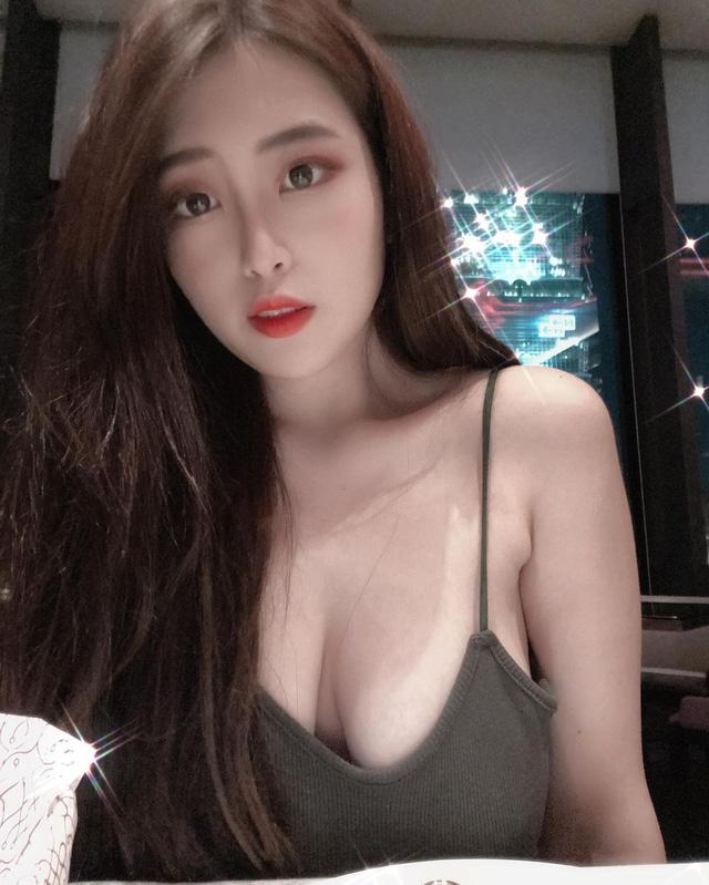 Livestream trực tiếp cảnh đi massage, nàng hot girl siêu vòng một khiến fan choáng váng vì độ táo bạo - Ảnh 11.