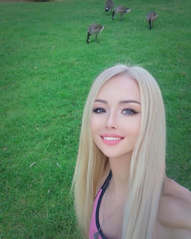 """""""Barbie đời thực nước Nga"""" từng gây tranh cãi bàn tán vì trông giống búp bê đến khó tin và mặt mộc khác lạ khi không make-up - Ảnh 13."""