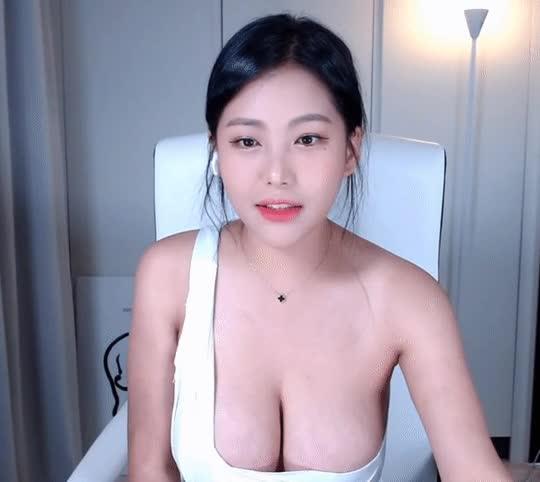 Mặc áo siêu sexy rồi còn tự vạch ra, khoe 99% vòng một trên sóng, nữ streamer phản cảm nhận về vô số chỉ trích - Ảnh 3.