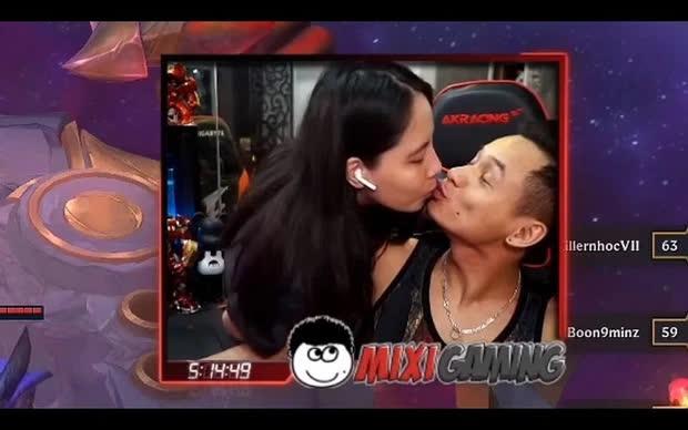 """Chẳng kém màn ảnh giải trí, làng game Việt không ít những nụ hôn """"khét lẹt ngay trên sóng - Ảnh 1."""