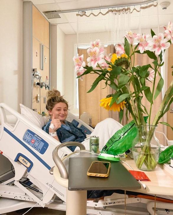 Vô tình sưng bụng vì mắc bệnh lạ, cô gái bỗng hóa hot girl triệu view khi quay lại quá trình điều trị - Ảnh 3.