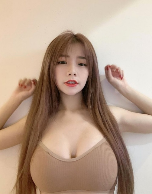 Dạy fan thực hiện thử thách nóng bỏng, nàng hot girl nhận nhiều chỉ trích vì chỉ tìm cách khoe thân - Ảnh 3.