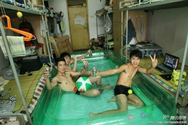 Hài hước với cách chống nóng chơi game của sinh viên Trung Quốc