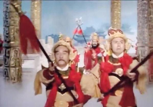 Vai một thiên binh thiên tướng trong tập Giam cầm Ngũ Hành Sơn (phải).