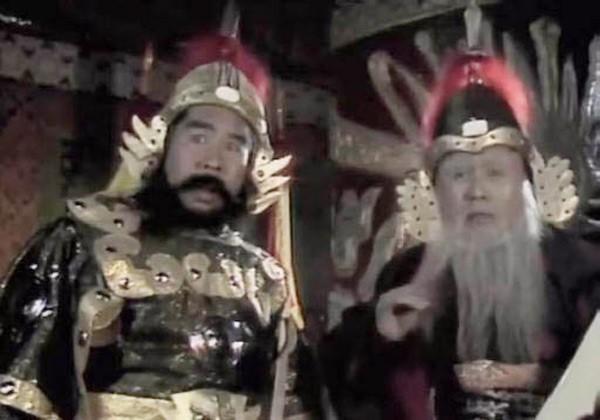 Vai quan lớn trong tập Giam cầm Ngũ Hành Sơn (trái).