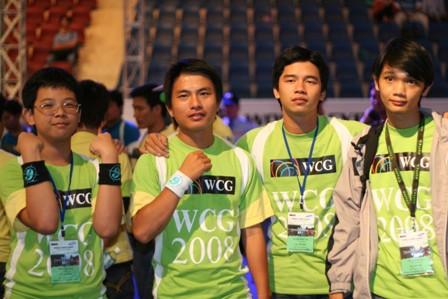 MeomaikA (ngoài cùng bên trái), Á quân WCG Vietnam 2008.