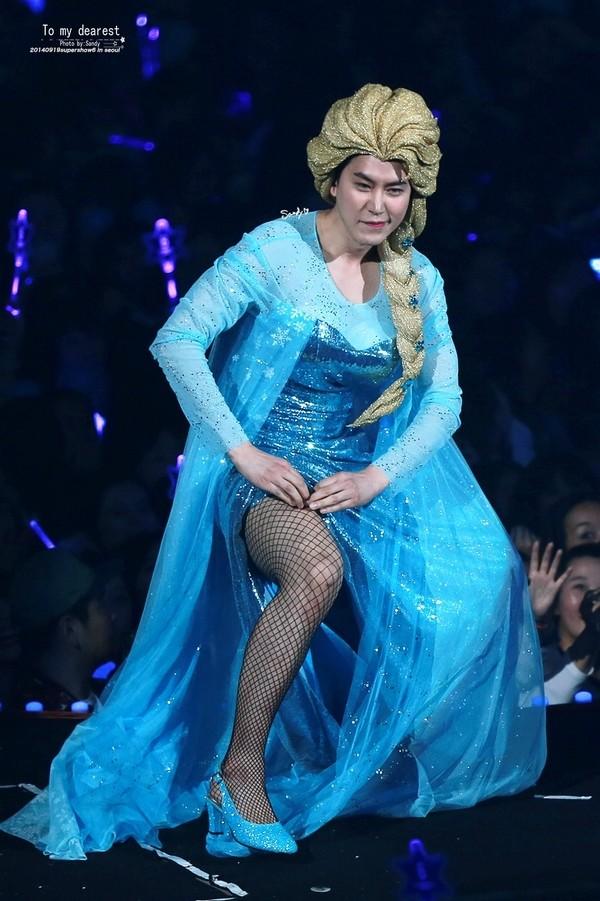 """Kyuhyun (Super Junior) với bộ trang phục Elsa """"hàng khủng"""": mái tóc giả to khổng lồ cùng vòng một """"cỡ bự""""."""