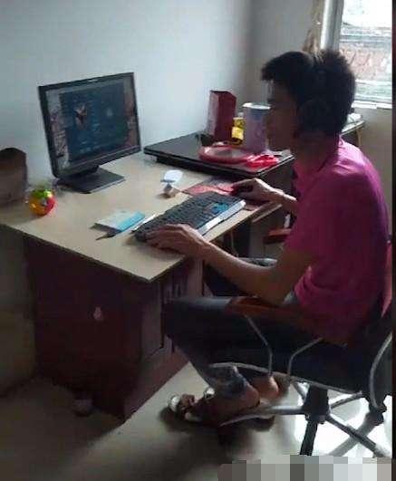 Trong khi ông bố trẻ đang thản nhiên ngồi chơi game online