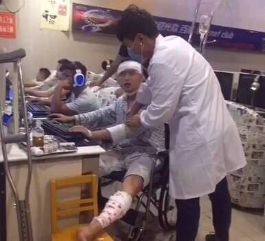 Thuê cả bác sĩ riêng tới quán Net để khám bệnh, nam game thủ này đúng là giàu có mà