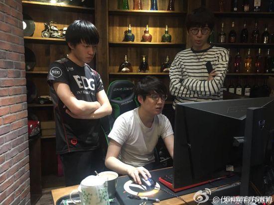 """Tới thăm quán Net hiện đại nhất Thượng Hải, chơi game có cả mỹ nữ """"hầu hạ"""""""