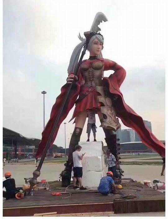 Bức tượng về một vị nữ tướng trong game. Tuy nhiên hãy chú ý đến anh chàng ở giữa và thắc mắc xem anh ta đang làm gì vậy?