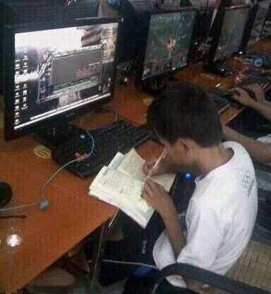 Nam game thủ nhí chăm chỉ, vừa chơi game vừa tranh thủ học bài