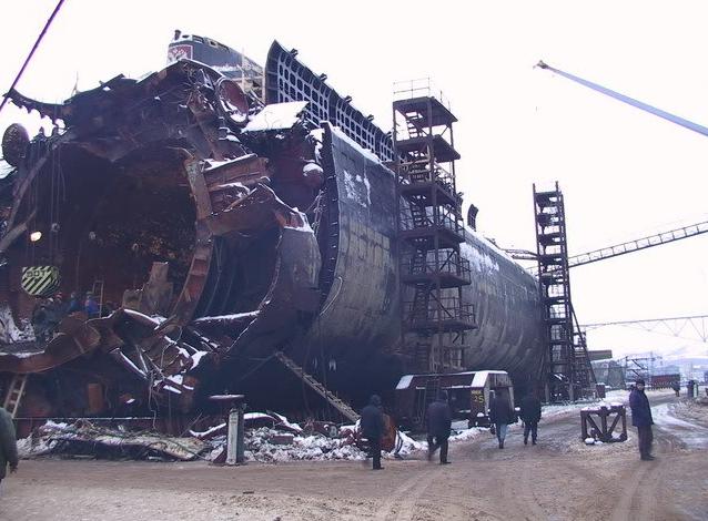 Xác tàu Kursh được trục vớt sau vụ nổ kinh hoàng