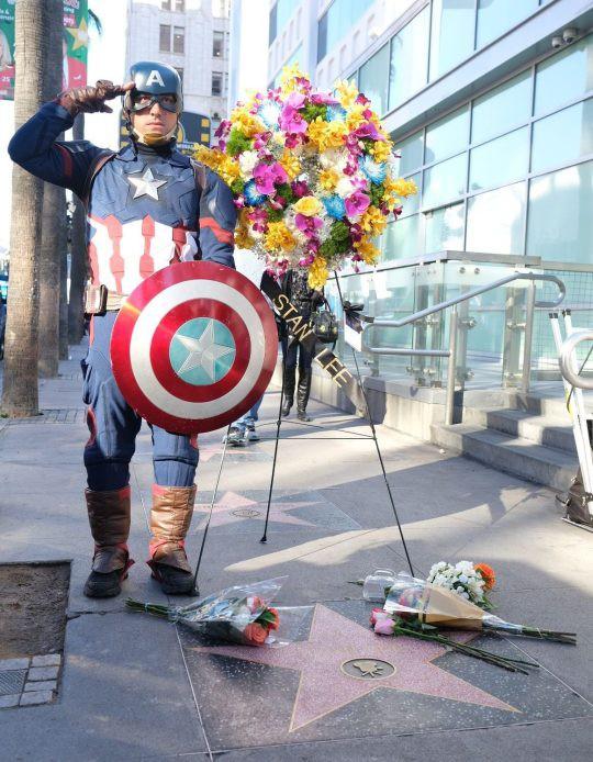 Đại lộ Danh Vọng nơi các fan hâm mộ tiễn đưa Stan Lee chặng đường cuối cùng - Ảnh 6.
