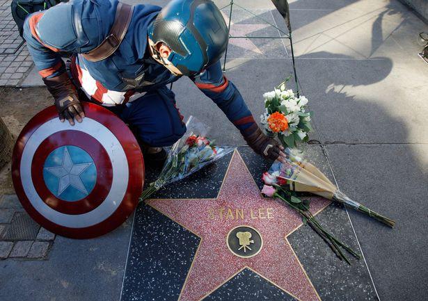 Đại lộ Danh Vọng nơi các fan hâm mộ tiễn đưa Stan Lee chặng đường cuối cùng - Ảnh 4.