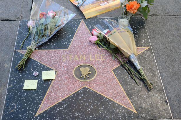 Đại lộ Danh Vọng nơi các fan hâm mộ tiễn đưa Stan Lee chặng đường cuối cùng - Ảnh 3.