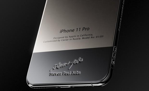 Bản iPhone 11 chỉ dành cho ai sinh ra ở vạch đích: Full giáp titan, đính vải áo len của Steve Jobs, giá 225 triệu - Ảnh 3.
