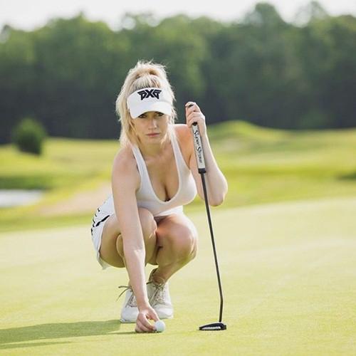 Nhan sắc nữ golf thủ nóng bỏng, mặc áo khoe ngực tới mức bị dọa giết vì quá quyến rũ - Ảnh 1.