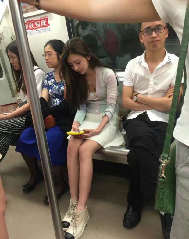 Vô tình gặp nữ thần trên tàu điện ngầm, truy tìm danh tính mới biết hóa ra người quen - Ảnh 1.
