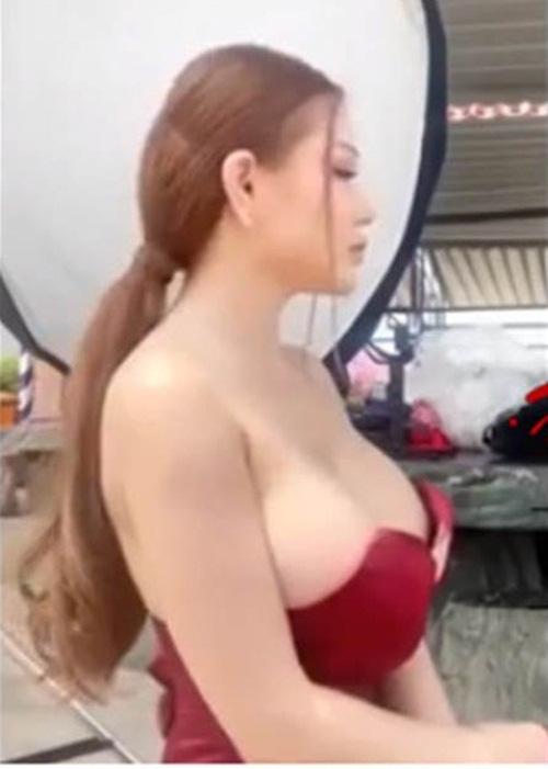Đang livestream thì tuột váy, hở nguyên đôi gò bồng đảo, cô nàng hot girl khiến dân mạng choáng váng - Ảnh 1.