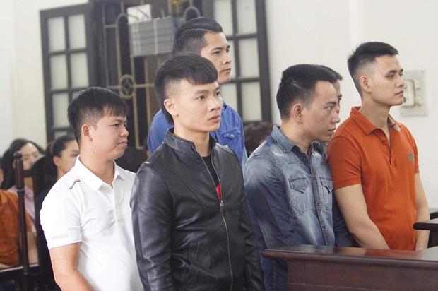 Khá Bảnh cười tươi vẫy tay chào mọi người khi vừa bước xuống xe thùng đến phiên xét xử - Ảnh 5.
