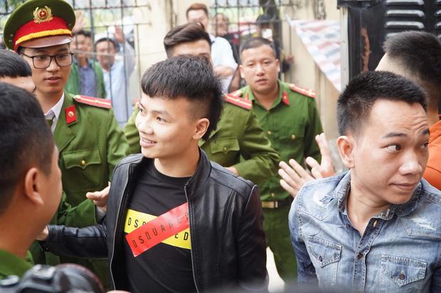 Khá Bảnh cười tươi vẫy tay chào mọi người khi vừa bước xuống xe thùng đến phiên xét xử - Ảnh 16.