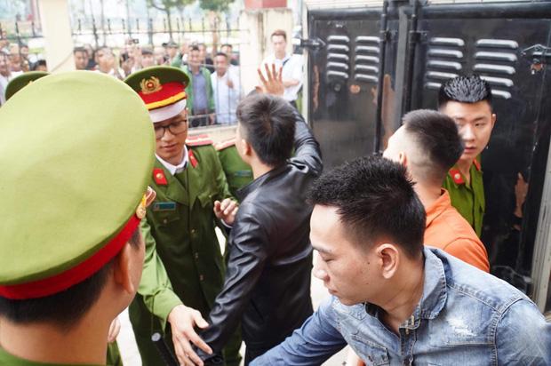Khá Bảnh cười tươi vẫy tay chào mọi người khi vừa bước xuống xe thùng đến phiên xét xử - Ảnh 17.