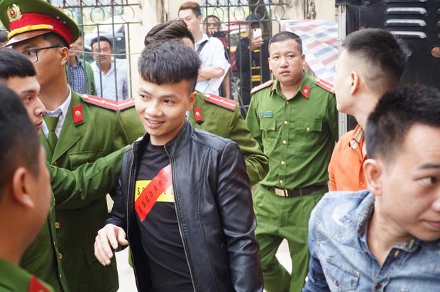 Khá Bảnh cười tươi vẫy tay chào mọi người khi vừa bước xuống xe thùng đến phiên xét xử - Ảnh 18.