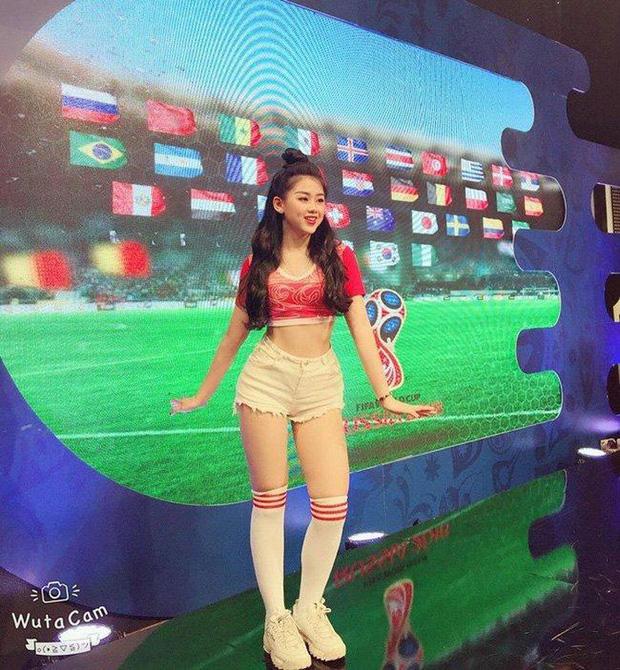 Nữ CĐV xinh đẹp xuất hiện trên khán đài trận Việt Nam - UAE: Tưởng người lạ hóa ra người quen, từng làm việc cùng Trâm Anh - Ảnh 4.
