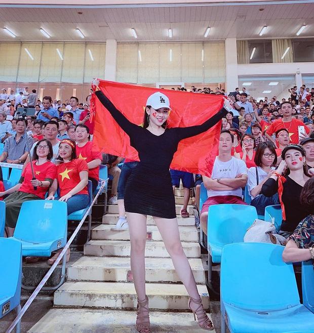 Nữ CĐV xinh đẹp xuất hiện trên khán đài trận Việt Nam - UAE: Tưởng người lạ hóa ra người quen, từng làm việc cùng Trâm Anh - Ảnh 10.