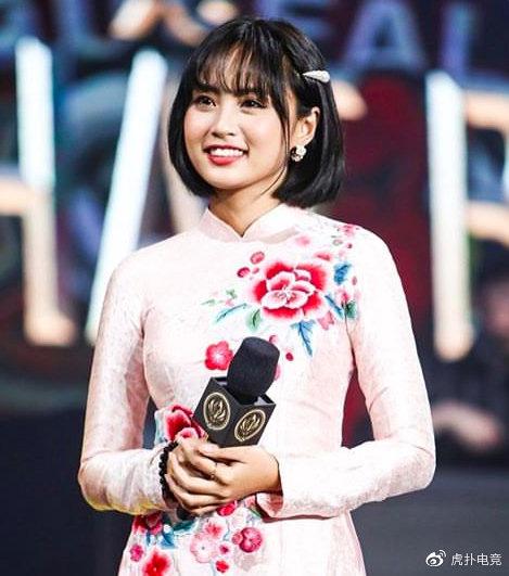 LMHT - MC Minh Nghi lại được báo chí Trung Quốc ca ngợi: Cô nàng trông thật gợi cảm và dễ thương với mái tóc ngắn - Ảnh 4.