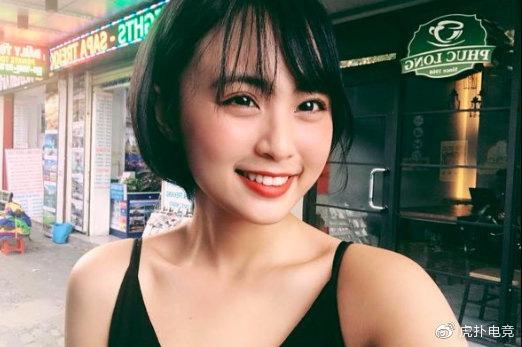 LMHT - MC Minh Nghi lại được báo chí Trung Quốc ca ngợi: Cô nàng trông thật gợi cảm và dễ thương với mái tóc ngắn - Ảnh 9.