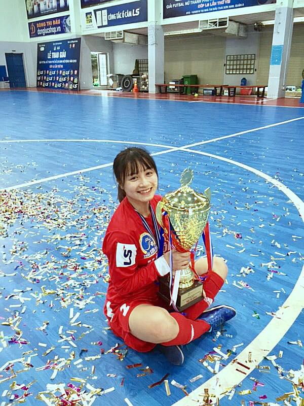 Xinh đẹp như hot girl, hoa khôi bóng đá nữ Việt Nam bất ngờ sở hữu tới hơn 100.000 follow trên Facebook sau một đêm - Ảnh 3.