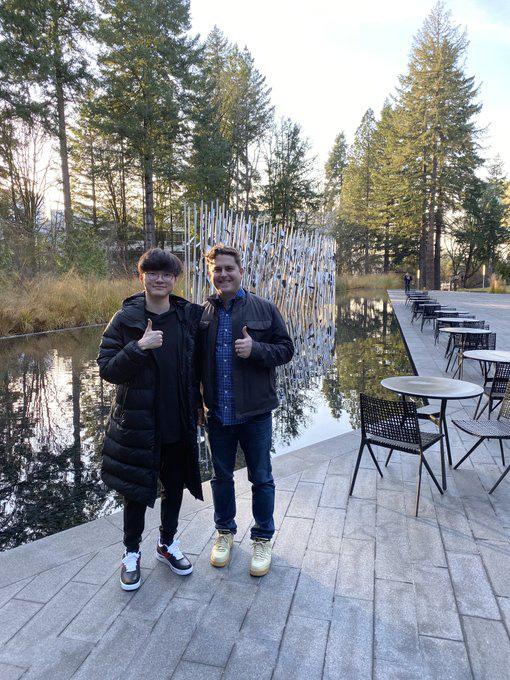 Chụp ảnh cùng sếp lớn của T1, Faker khoe nhẹ đôi giầy siêu hot mang thương hiệu G-Dragon giá hơn 90 triệu đồng - Ảnh 1.