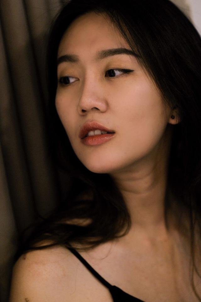 Tan chảy trước vẻ đẹp tinh khôi của nữ game thủ xinh như mộng, tuy nhiên kéo đến ảnh lưng trần mới thấy nóng người - Ảnh 4.