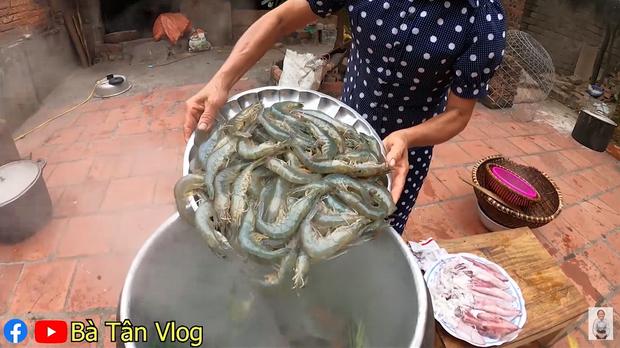 Bà Tân Vlog lại khiến dân mạng hoang mang khi sáng chế ra món ăn mới: Cơm hải sản = cơm trắng + đặt hải sản lên trên - Ảnh 4.