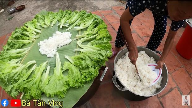 Bà Tân Vlog lại khiến dân mạng hoang mang khi sáng chế ra món ăn mới: Cơm hải sản = cơm trắng + đặt hải sản lên trên - Ảnh 6.