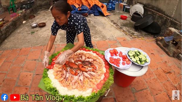 Bà Tân Vlog lại khiến dân mạng hoang mang khi sáng chế ra món ăn mới: Cơm hải sản = cơm trắng + đặt hải sản lên trên - Ảnh 7.
