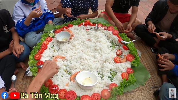 Bà Tân Vlog lại khiến dân mạng hoang mang khi sáng chế ra món ăn mới: Cơm hải sản = cơm trắng + đặt hải sản lên trên - Ảnh 8.