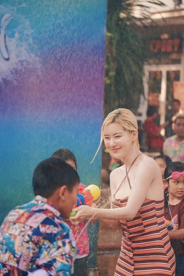 Ướt nhẹp với thân hình nóng bỏng của DJ Soda trong lễ hội té nước ở Thái Lan - Ảnh 2.
