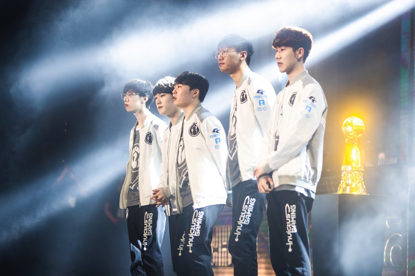 Invictus Gaming - Royal Never Give Up