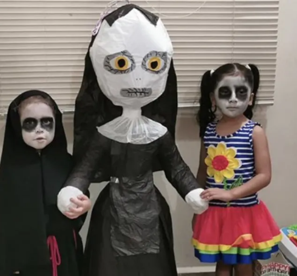 Cô bé 3 tuổi tổ chức sinh nhật theo phong cách ác quỷ Valak khiến dân mạng một phen trầm trồ - Ảnh 3.