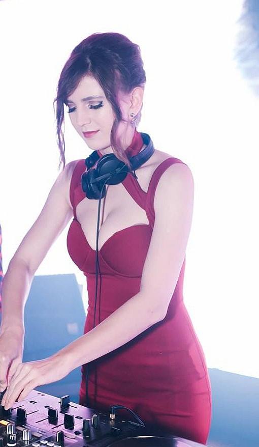 Hot girl DJ xinh như búp bê chụp ảnh cùng sen, nhưng ngoài đời thì lại gợi cảm không kém phần ai - Ảnh 7.