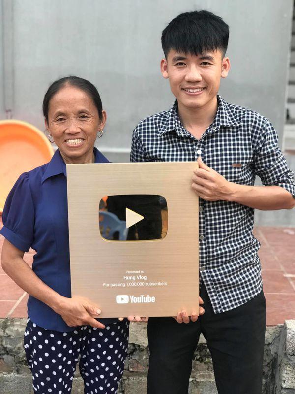 Học theo mẹ và anh trai, con út của bà Tân Vlog cũng bỏ việc chuyển sang làm Youtube - Ảnh 1.