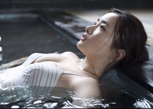 Cận cảnh đường cong chết người của mỹ nhân Nhật mới 19 tuổi đã lên bìa tạp chí Playboy - Ảnh 2.