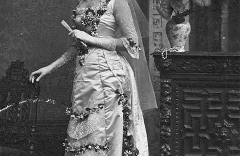 Chiếc váy cưới bị nguyền rủa của Anna Becker - cô dâu vì không lấy được người yêu đã quyết ế cả đời - Ảnh 3.